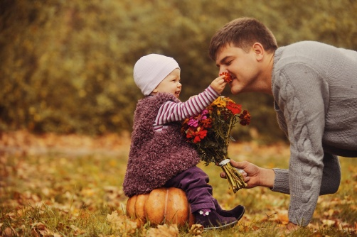 dad-and-toddler-in-the-fall